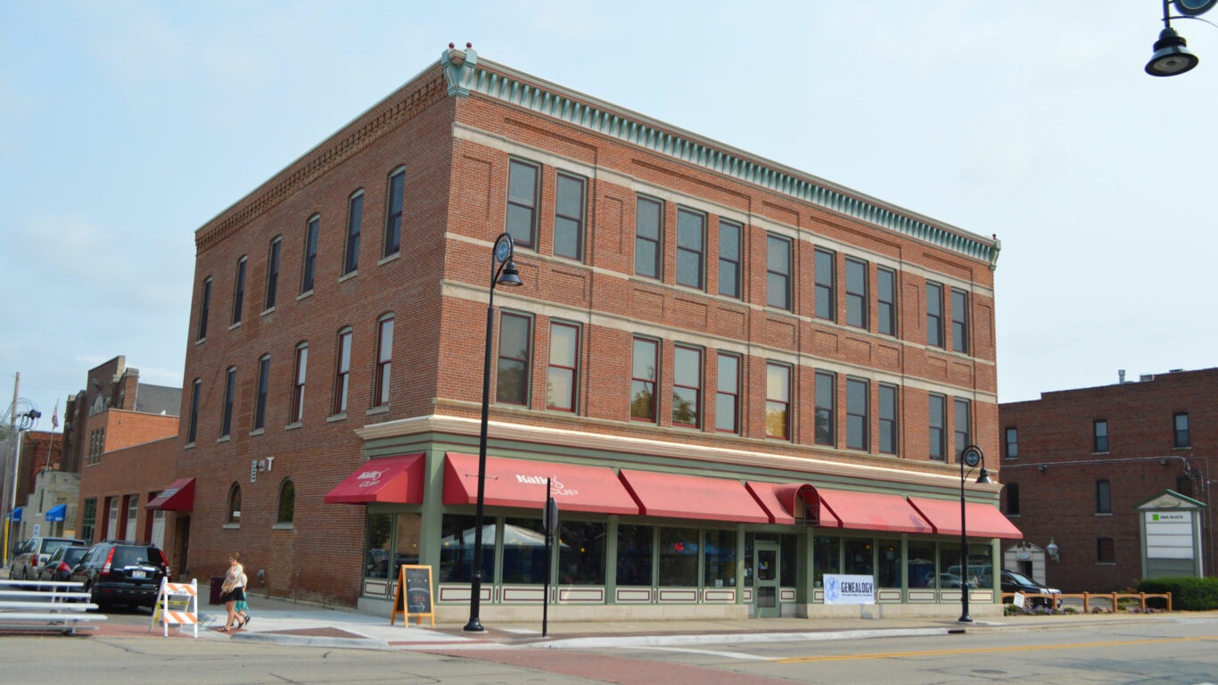 Exterior image of Lantow Lofts and Katie's Cup in Rockford's Midtown neighborhood.